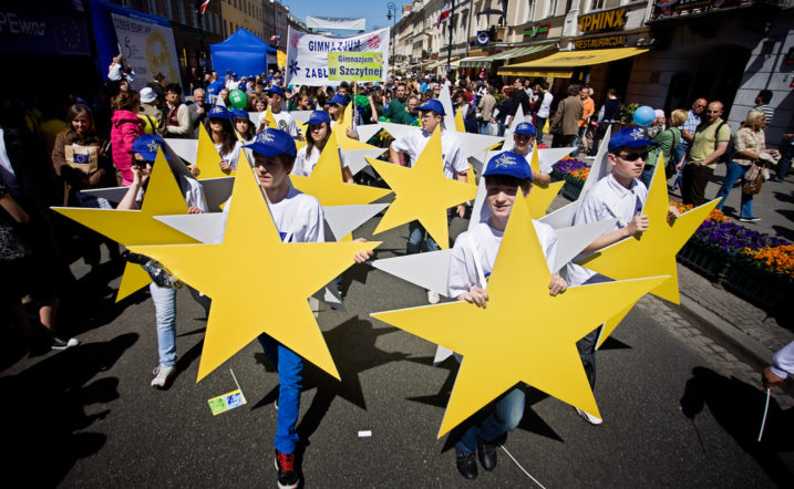 Polish children carry European stars as they take part in the annual parade celebrating Europe Day in Warsaw, on May 9, 2009. Poland became a member of the EU in 2004, with a population of over 38 million people, it is the 34th most populous country in the world and the most populous Eastern European Member State of the EU. AFP PHOTO / WOJTEK RADWANSKI / AFP PHOTO / WOJTEK RADWANSKI